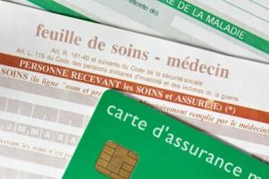 Feuille de soins avec carte assurance maladie en premier plan